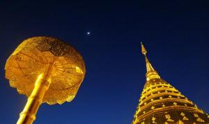 Cúpulas de templo em Wat Doi Suthep Phrathat, Tailândia