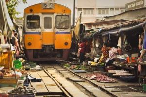 O Mercado Maeklong, em Bagcoc, Tailândia