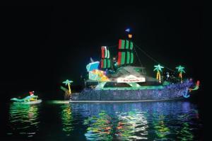 À noite, há parada de barcos iluminados e cenários de sons e luzes na capital norte-americana