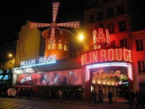 O cabaré Moulin Rouge permanece como uma das atrações de Paris