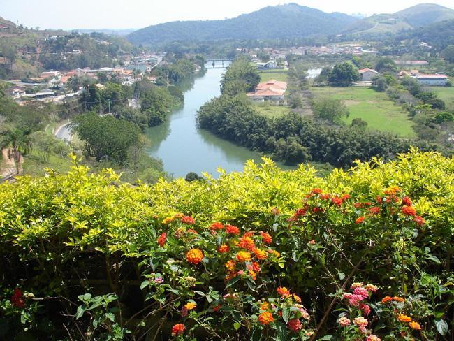 Guararema, situada às margens sinuosas do Rio Paraíba do Sul.
