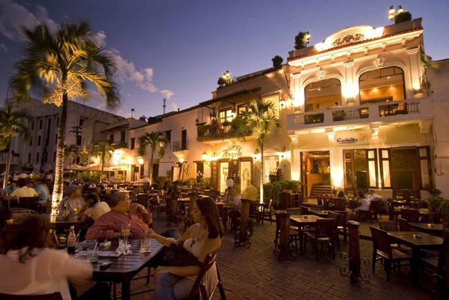Na capital, Santo Domingo, muitos restaurantes são ao ar livre, como este situado na Plaza España.