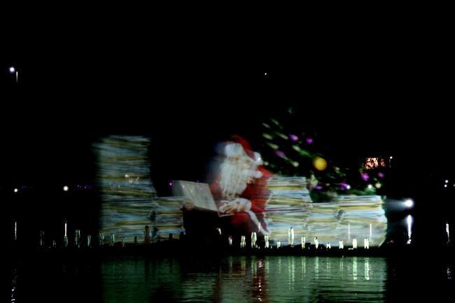 Papai Noel é projetado nas águas da Fonte do Ibirapuera, São Paulo