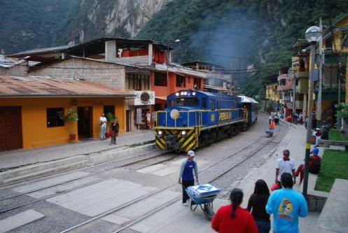 Estação ferroviária de Águas Calientes, porta de entrada para se subir a montanha até Machu Pichu
