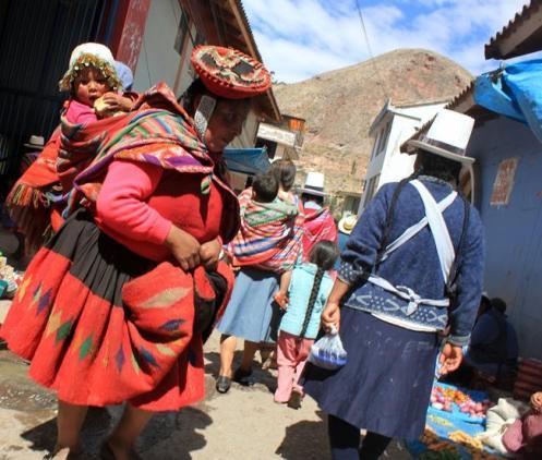 Moradores na rua de um vilarejo do Vale Sagrado
