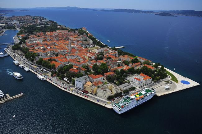 Panorama aéreo do porto de Zadar, na Croácia