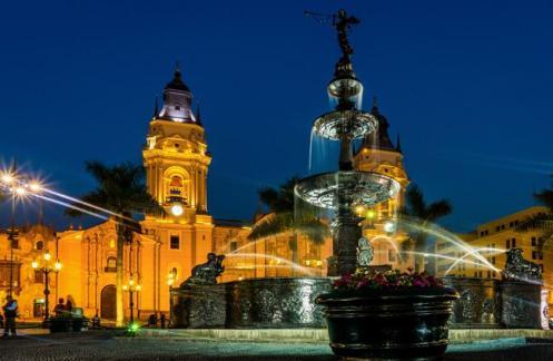 Panorama noturno de Lima, a capital do Peru