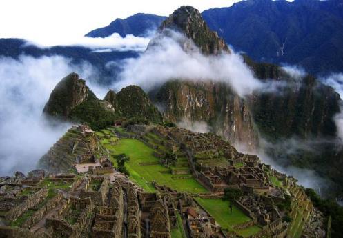 Vista panorâmca de Machu Pichu, a cidade sagrada dos incas. Como um ninho de águia, construída no alto dos Andes