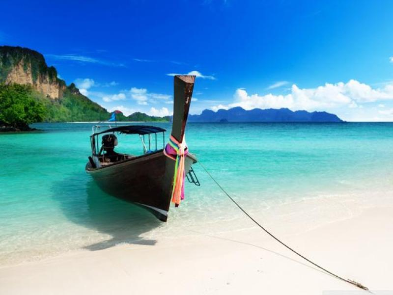 A beleza das águas turquesas da Praia de Pattaya.