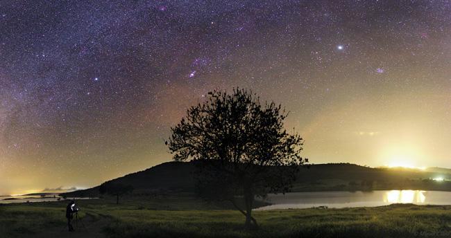 A constelação de Órion, no céu da cidade de Alqueva, Alentejo.