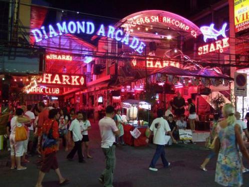 A movimentada Walking Street, coração da vida noturna em Pattaya.