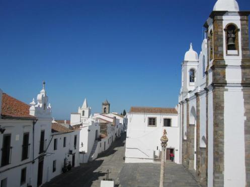 As casas caiadas de Monsaraz, uma das cidades históricas do Alentejo