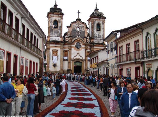 As ruas de Ouro Preto são enfeitadas para os festejos da Semana Santa.