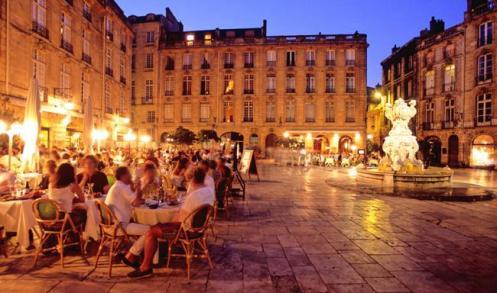 À noite, nada como um jantar ao livre em Bordeaux, regado a vinhos... bordeaux
