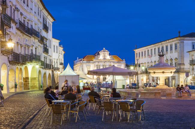Café na Praça Giraldo, em Évora, Alentejo.