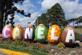 As ruas e canteiros de Canela são todas enfeitadas na Páscoa.