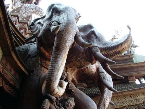 Detalhes de elefantes em madeira entalhada do templo.