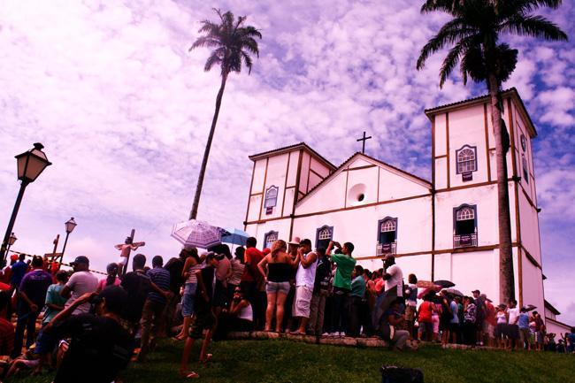 Em Pirenópolis, Goiás, encenação0 da Paixão diante da  Matriz.