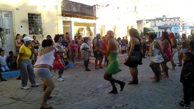 Em Serrinha, na Bahia, grupos folclóricos se exibem nas ruas durante os festejos da Páscoa.