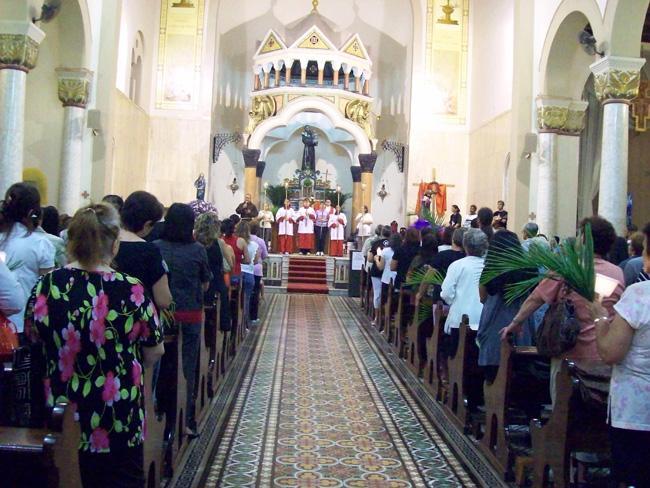 Missa de Domingo de Ramos na paróquia Santo Antônio do Pari, em São Paulo.