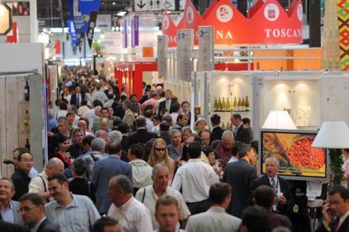 Multidão nos corredores da Vinexpo de Bordeaux, uma das maiores feiras de vinhos do mundo