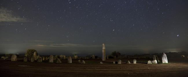 O céu sobre as ruinas celtas (cromleck) do Xerez, no Alentejo