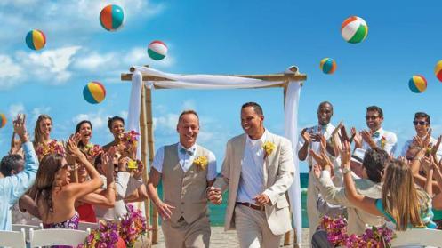 A bordo ou em terra, os casamentos gays promovidos pela Norwegian são sempre uma festa.