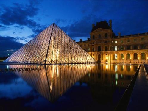 A famosa pirâmide, hoje marca registrada do Museu do Louvre, em Paris, na França.