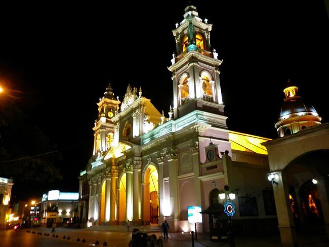 A imponente catedral de Salta, com iluminação noturna