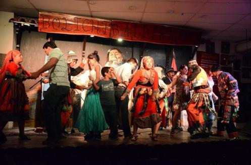 Espetáculo de ritmo la peña, música e danças típicas da região de Salta