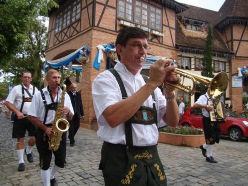 Influência alemã é dominante em Pomerode. Na foto, desfile de membros da Associação de Músicos da cidade.