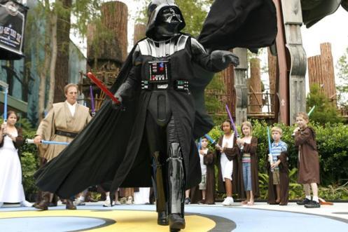 O vilão Darth Vader, de Guerra nas Estrelas, desfila tranquilo na Disney, Flórida, EUA.