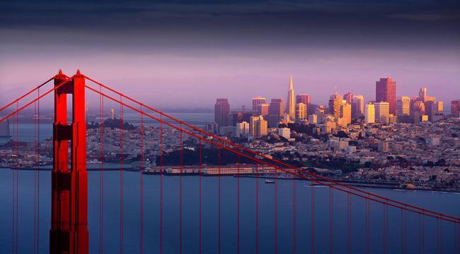 Trecho da Golden Gate, suspensa no ar lilás de San Francisco, nos Estados Unidos.