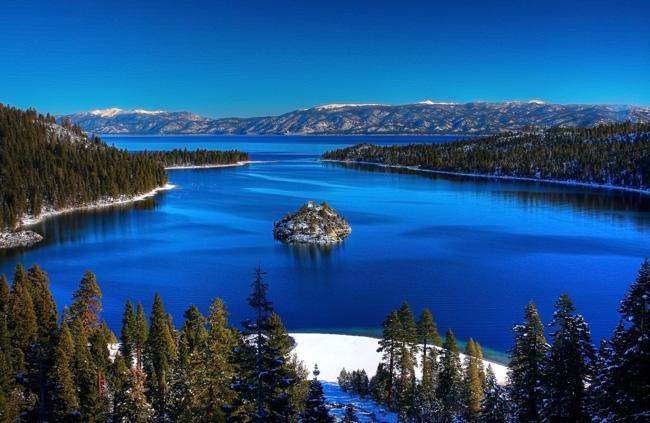As cores incríveis da Baia Esmeralda, no Lago Tahoe, no Estado de Nevada, EUA.