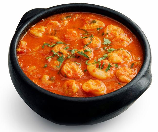 Moqueca capixaba de camarão. Feita também com peixe e com frutos do mar variados, sempre na típica panela de barro, é o carro-chefe da cozinha capixaba.