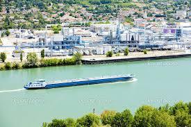 Rio Ródano, que banha a França e a Suíçad