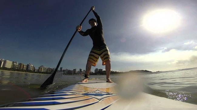 Surfista se prepara na Ilha do Frade, em Vitória.