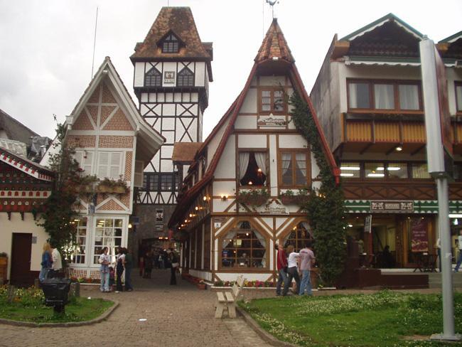 Muitas casas e construções da cidade são inspiradas em chalés de estilo europeu.