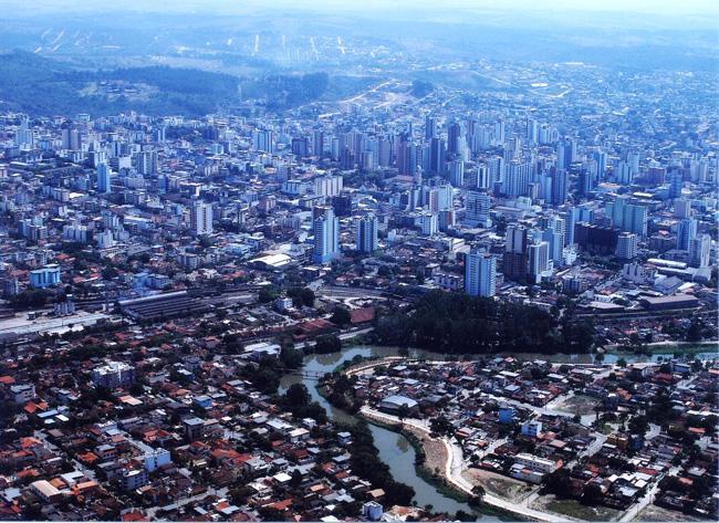 Panorama aéreo de Divinópolis, jovem metrópole mineira.