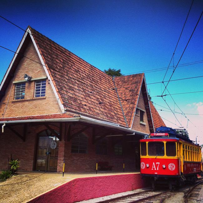 """O simpático """"trenzinho"""" urbano em estilo inglês parte da Estação Emílio Ribas."""