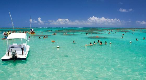As águas transparentes e calmas, no mar raso das piscinas naturais, fazem a festa dos visitantes