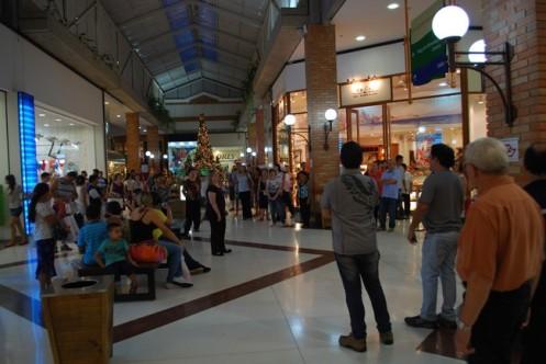 Flash Mob surpreende frequentares do Plaza Shopping Center, em Itu