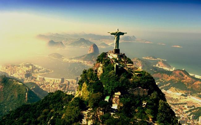 No  Rio de Janeiro, o Cristo Redentor à luz do amanhecer