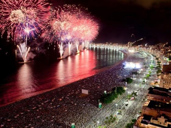 A impressionante queima de fogos de artifício na Noite do Réveillon, em Copacabana
