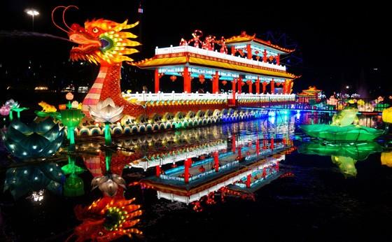 Barco-dragão, um dos pontos altos do Festival de Luzes de Longleat