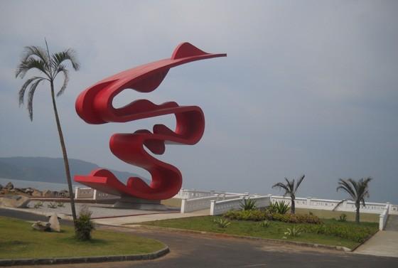 Monumento Ondas, na orla de Santos