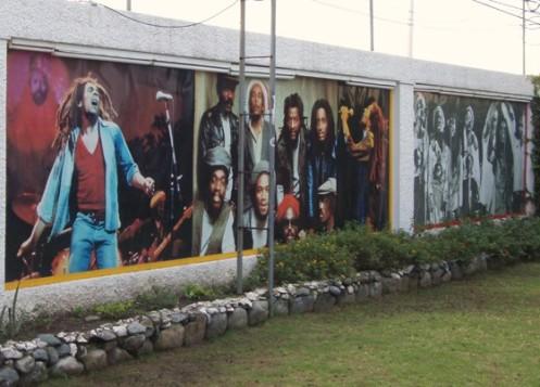 Nos jardins do Bob Marley Museum, um painel com imagens gigantes do cantor