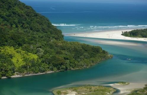 O Rio Guaratuba chega ao mar, em Bertioga