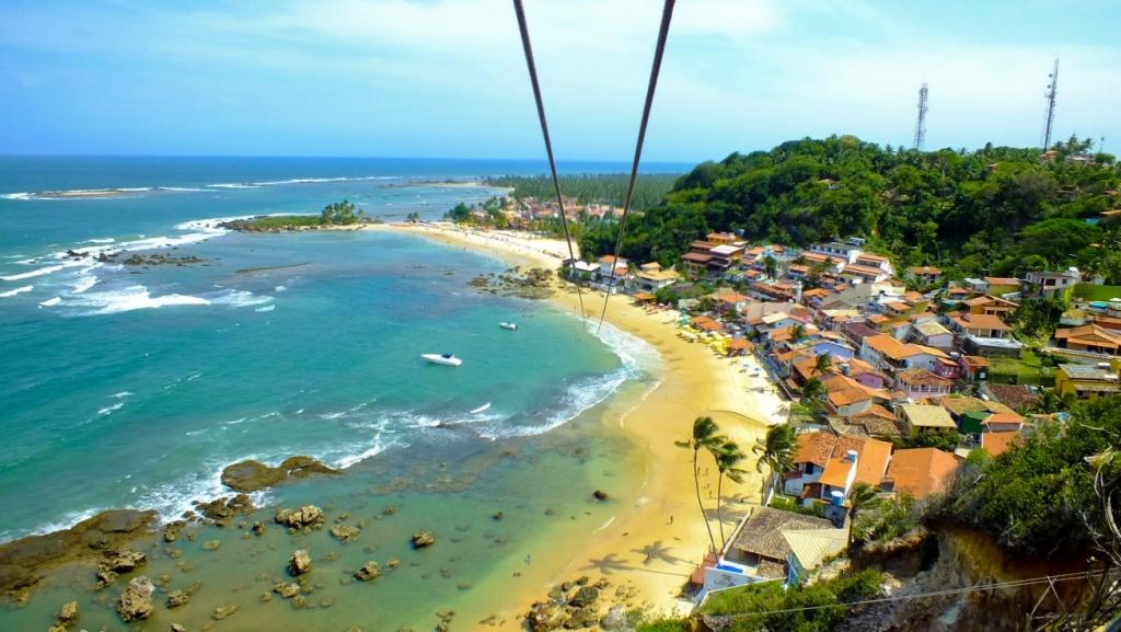 Ao lado do Farol de Morro de São Paulo existe um mirante e a maior  tirolesa  dentro d'água do Brasil. Você cai direto nas águas da Primeira Praia.