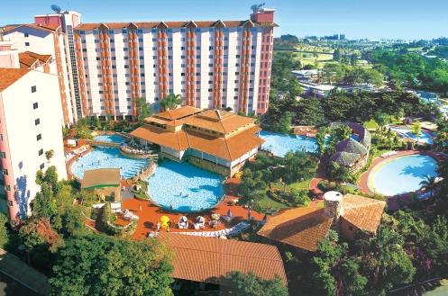 A maioria dos hotéis tem piscinas com águas termais
